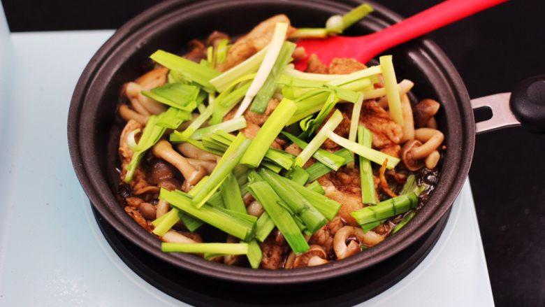 蟹味菇爆花肉,这个时候加入切段的韭菜。