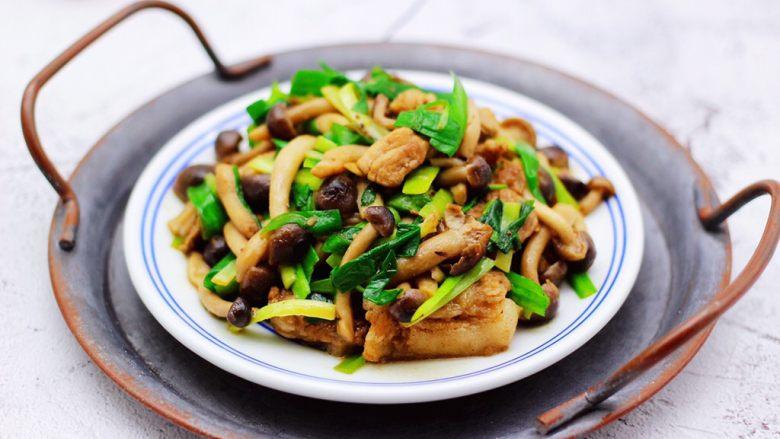 蟹味菇爆花肉,色泽诱人又营养丰富。