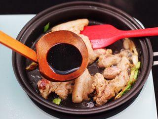 蟹味菇爆花肉,看见五花肉断生变色的时候,加入生抽调色。