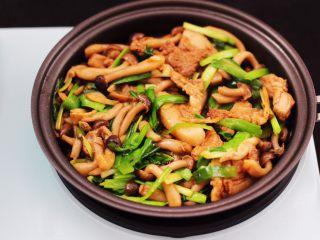 蟹味菇爆花肉,大火翻炒至韭菜断生变色即可关火。
