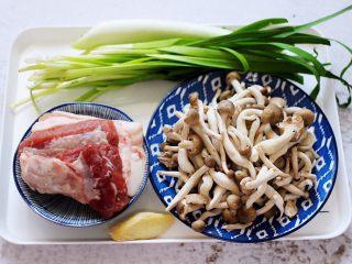 蟹味菇爆花肉,首先备齐所有的食材。