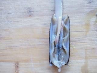 蒜蓉竹节蛏,清理出内脏再冲洗一遍