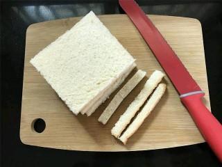 芒果酸奶土司,把切片的吐司切掉四边。四片吐司尽可能切得一样大小.