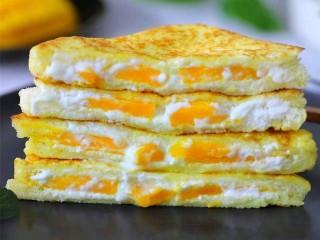 芒果酸奶土司,直接吃或者一切为二都可以,外面香脆,咬一口会爆浆,口感丰富的芒果酸奶吐司.
