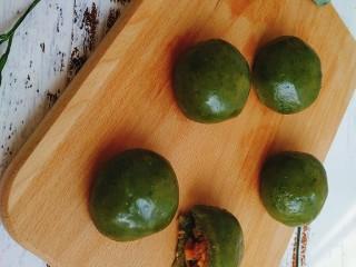网红咸蛋黄肉松青团~咸蛋黄肉松馅&花生馅,蒸熟的青团;