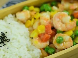 """色彩缤纷,营养又好吃的三色炒虾仁,清爽可口又营养丰富的""""三色炒虾仁""""。"""