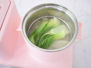 饺子皮油泼面,锅中烧开水,放入饺子皮和青菜煮熟