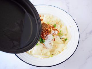 饺子皮油泼面,直接浇倒在蒜末葱花上爆出香味