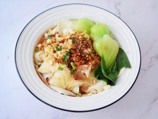 饺子皮油泼面,摆上青菜,拌匀即可食用