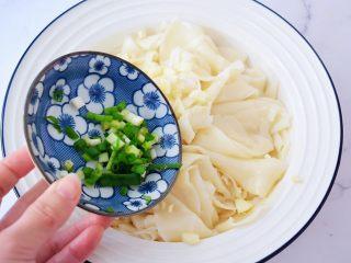 饺子皮油泼面,加入葱花