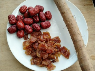 荔枝红枣山药枸杞粥,准备荔枝干,红枣,铁棍山药