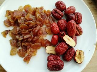 荔枝红枣山药枸杞粥,荔枝干过一遍水待用