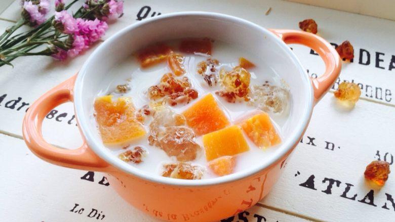木瓜牛奶炖桃胶,盛在漂亮的器皿