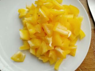 彩蛋四季豆,黄灯椒洗净对半切开切成条再切小块