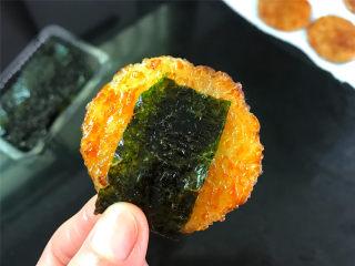海苔仙贝,趁热将海苔片包上,香脆鲜美的海苔鲜贝就可以吃了。
