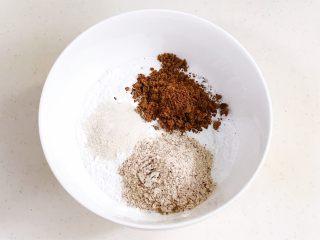 红豆薏仁茯苓年糕,继续加入红豆薏仁粉和茯苓粉。