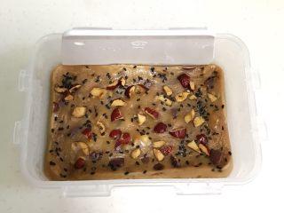 红豆薏仁茯苓年糕,糯米糕取出稍放凉后,用刮板或汤匙四周刮开。