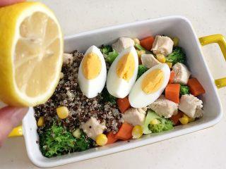 藜麦时蔬鸡胸肉沙拉,鸡胸肉、鸡蛋,西兰花、胡萝卜、玉米粒和藜麦一起放入碗中,挤上柠檬汁。