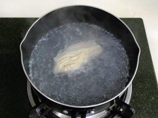 藜麦时蔬鸡胸肉沙拉,鸡胸肉冲洗干净,依然放入锅中加清水煮起,约煮10分钟。若是赶时间的话,可以把鸡胸肉切几刀,分块一起下锅煮,特别省时间。