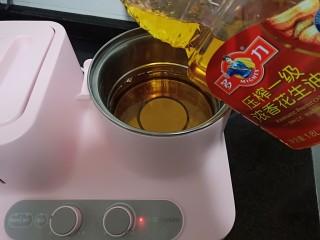 金牌本帮糖醋排骨,炸锅加热后倒入多力浓香花生油150毫升。