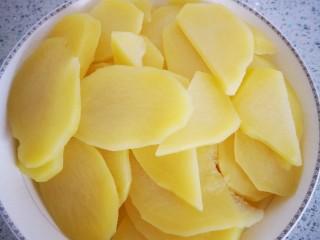 土豆片炒青椒,盛出,过凉水备用