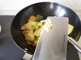 土豆片炒青椒,加入蒜末