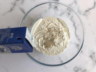 奶香夹心小馒头,加入适量的纯牛奶