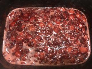 冰糖草莓酱,煮至开始浓稠后