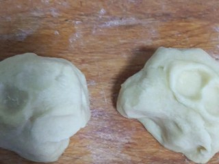 菠萝派,面团分成两份