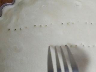 菠萝派,去掉多余的边。用叉子扎洞