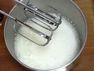 玉枕蛋糕+花生味,鸡蛋分离出蛋白和蛋黄,蛋白中加入柠檬汁,用打蛋器高速搅打30圈,加入30克细砂糖。