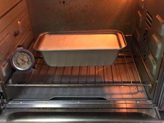 玉枕蛋糕+花生味,烤箱预热至150度,模具送入烤箱烤制40分钟。