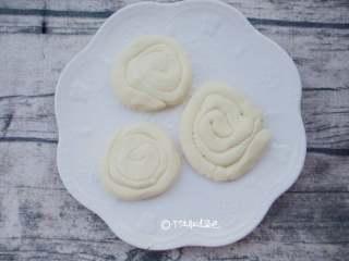 奶香玉米耙,取出一块搓成细长条如图卷起