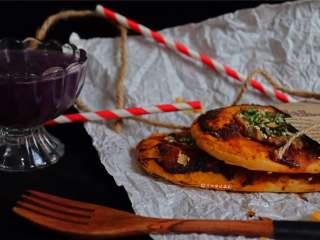 又卷烧饼(家庭版),肉沫和香葱覆盖其表面,烤的香香脆脆的~