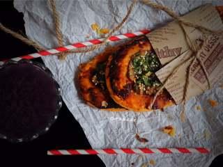 又卷烧饼(家庭版),烤出来的烧饼从里到外透着油香,一切四块,外酥内软,真有点比萨的感觉