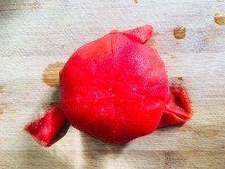 蕃茄葱花炒米饭,捞出去皮