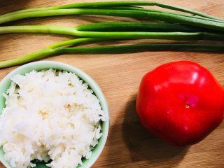 蕃茄葱花炒米饭,准备食材