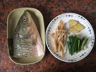 头菜炆鲩鱼,准备材料(鲩鱼洗净,抹干水份)