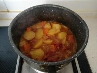 咖喱牛肉饭,小火慢慢熬制汤汁粘稠即可关火。