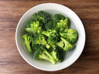 胡萝卜炒西兰花,西兰花切成小朵,清洗干净,放入大碗里,加入一勺盐,倒入适量清水,浸泡20分钟,浸泡好冲洗干净待用。