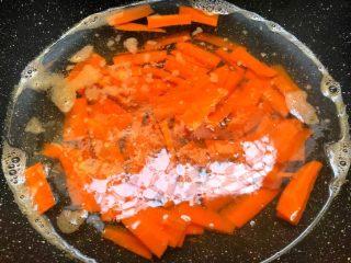 胡萝卜炒西兰花,把胡萝卜放入焯烫30秒,焯好捞出来沥干水待用。