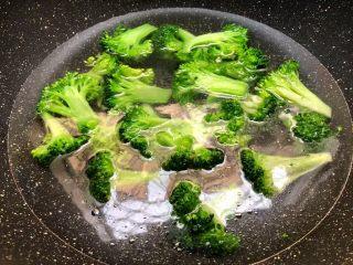 胡萝卜炒西兰花,锅里放入适量水,大火把水烧开,加入一勺盐,一勺油,少许白糖搅拌均匀,把西兰花放入焯烫30秒,焯好捞起来沥干水待用。