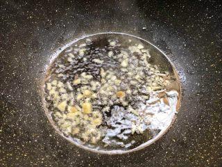 胡萝卜炒西兰花,热锅放入少许油,烧至七成热,把蒜末放入爆香。