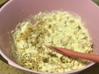 淡奶油花生曲奇,加入花生碎再次翻拌均匀。