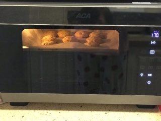 淡奶油花生曲奇,烤箱预热后放入饼干,170度上下火烘烤18分钟,烤好后再焖10分钟。