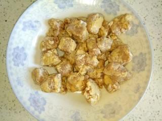 菠萝咕咾肉,把所有的肉块裹上面粉,放置一会儿,使干面粉变潮湿,以免炸的时候掉面渣