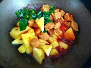 菠萝咕咾肉,放入猪肉,青椒,菠萝
