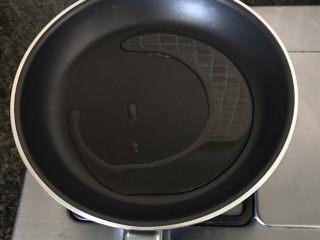 清蒸蒜茸娃娃菜,锅中倒入适量食用油烧热后倒入蒜茸爆香