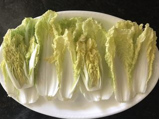 清蒸蒜茸娃娃菜,将菜叶平铺在盘子上