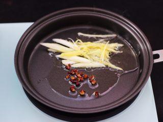 茄条炒海虹,放入花椒小火慢慢炒出香味,再放入葱姜丝爆香。